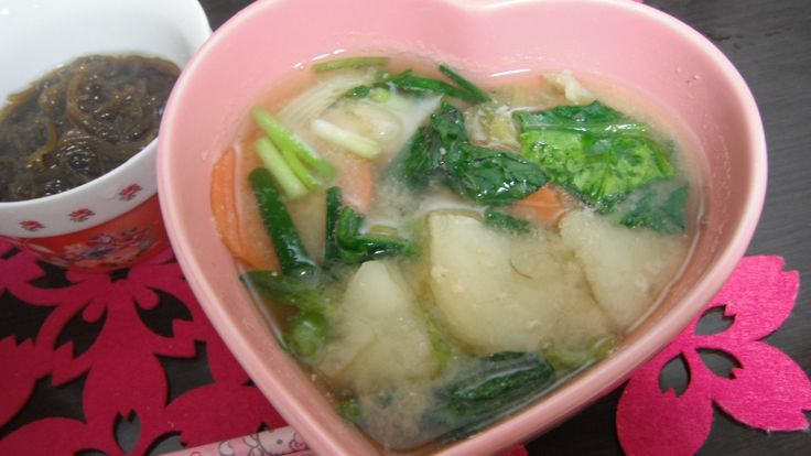 miso soup with potatoes,carrots,spring onions,spinaches,komatsuna greens and Napa cabbage greens seasoned with dried bonito shaving stock,dried young sardine stock,mekabu seaweeds stock and organic miso 白菜菜、ほうれん草、にんじん、じゃがいも、ねぎ、小松菜のカツオ出し、いりこだし、メカブ出し、有機味噌使用の御味噌汁。