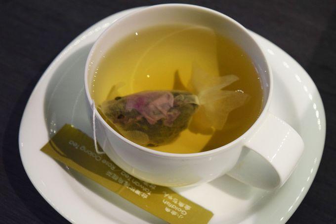 台湾のデザイナーによって生み出された金魚型ティーパックは、おいしい台湾茶葉とかわいらしい姿で一躍台湾のお土産ランキング1位に!その金魚型ティーパックを販売するCHARM VILLA(子村荘園)が、2017年3月25日、海外初の支店を京都にオープンしました。京都らしい坪庭風のディスプレイやシックでおしゃれな店内は、京都と台湾の美しさを凝縮した空間美で、お店にいくだけでも楽しめます。