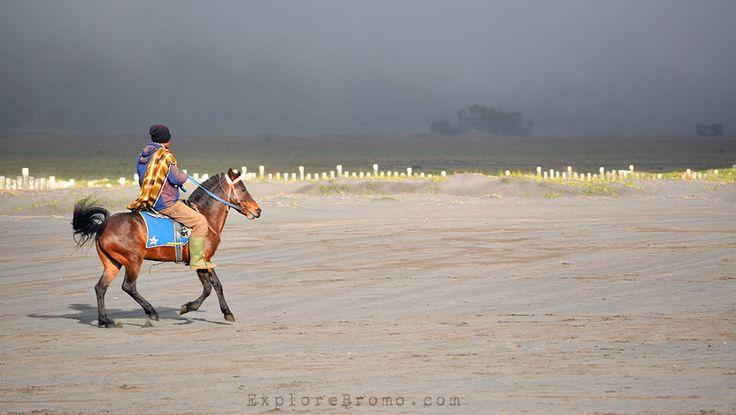 Penunggang Kuda di Lautan Pasir Bromo