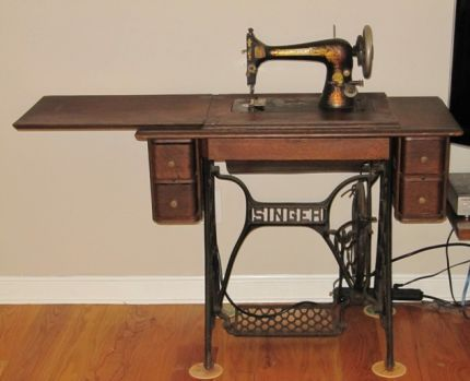 Identifying Vintage Sewing Machines   shown here is a 1907 . Just like the one I have that belonged to my grandmother:)