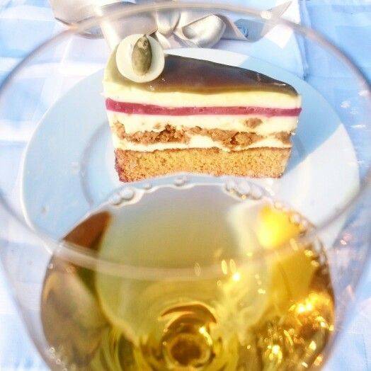 """Kóstoltátok már az Őrség Zöld Aranya tortát?   Próbáljátok ki a Holdvölgy Signature édes tokaji válogatásborával.  Az Őrség Aranya Tokaj Aranyával.... Mennyei!!   Shop.holdvolgy.com     hungary's cake 2016 """"Az Őrség Zöld Aranya""""    Holdvölgy Signature 2011 Decanter World Wine Awards Gold Medal 2016  Www.shop.holdvolgy.com"""