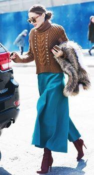 Коричневое боди, синяя юбка, коричневые сапоги