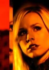 Verónica Mars - 2004    Una estudiante que, tras el misterioso asesinato de su mejor amiga, deberá alternar sus estudios con el trabajo a tiempo parcial como detective privado en la agencia de su padre. Todo ello, sin abandonar la investigación del trágico suceso.