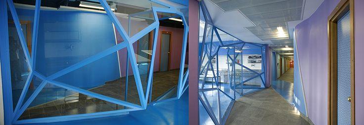 Collegio Universitario Einaudi, Sezione San Paolo, scorci del piano blu (ogni piano ha un proprio colore di riferimento), con le vetrate poliedriche della sala studio e della cucina. www.lucamoretto.it
