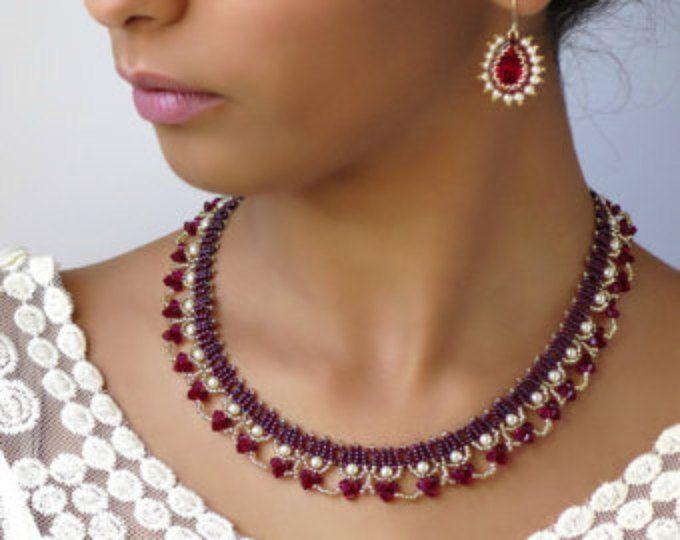 Collier rouge, collier rouge, boucles d'oreilles en forme de larme de cristal, collier de perle et cristal, ensemble collier et boucle d'oreille, collier de perles rouges