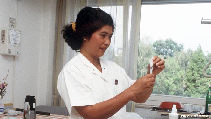 Eine philippinische Krankenschwester im Kreiskrankenhaus Bad Homburg bereitet in einem Krankenzimmer eine Spritze vor. (Foto: picture-allian...