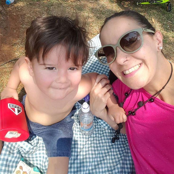 Domingão de sol. Dia de piquenique! No maior conforto com toalha e mala térmica da @noseodavi.  #piquenique #picnic #domingo #sol #familia