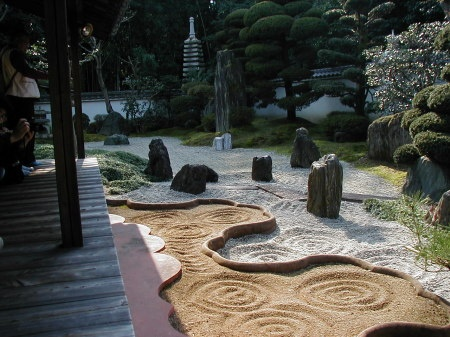 東福寺・横手に塔中の一つ霊雲院・庭園は丸山八海の庭と言い須弥山世界の仏を中心にした壮大な世界を現しているそうです、この写真は丸山八海の庭に続く臥雲の庭で水の美しさを砂紋で表現しています。