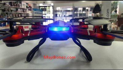El dron para niños pequeño quadrone es de tamaño pequeño y es recomendado para pilotos intermediarios. Es muy veloz y divertido, puede hacer giros de 360 grados en espacios pequeños.