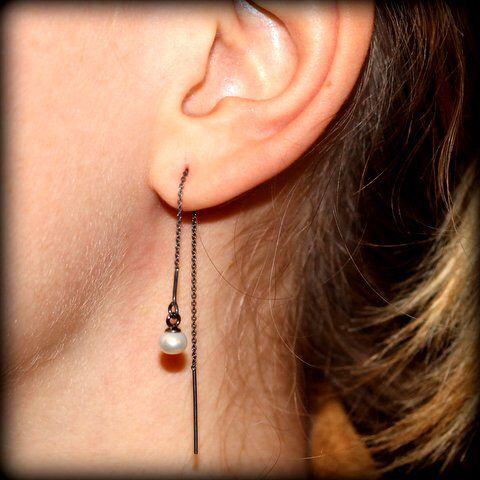 Thread chain earrings in black silver with white freshwater pearls www.stopandwearjewelry.dk/no