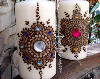 6 bougies cire blanche assorti orné de véritable henné et de pierres précieuses. Scellé avec une touche de brillante. Parfait pour la décoration et des cadeaux. Ceux-ci sont fabriqués sur commande. Dessins varient de mandalas, cachemires et des motifs floraux. * Décoration uniquement; Faire graver pas *