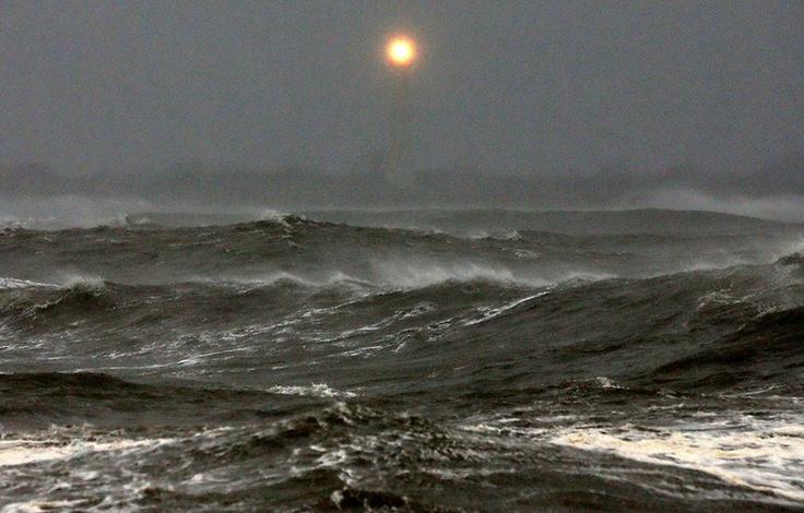 Sembra il sole, ma non è.  (Il faro di Cape May brilla a distanza sopra un mare grigio e minaccioso. Siamo nel New Jersey).  Ph: Mark Wilson