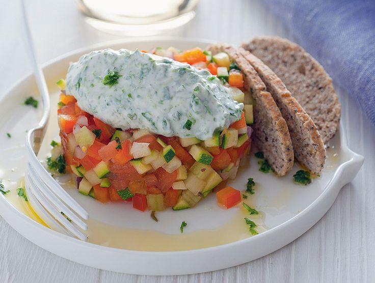 La tartare di verdure con yogurt alle erbe è un antipasto vegetariano fresco e salutare per inaugurare con gusto e freschezza una cena. Da provare!