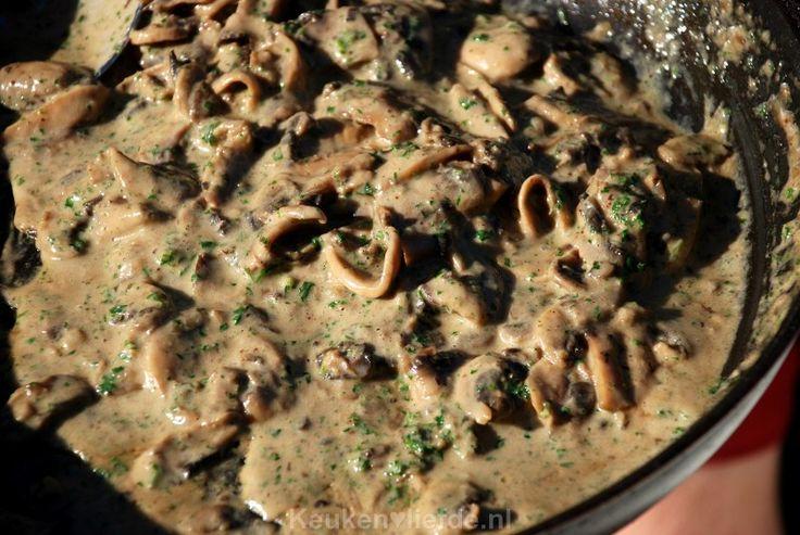 Keukenklassieker - Champignonroomsaus - grediënten (voor 4 personen) 250 ml slagroom 200 ml runderbouillon 1 sjalotje, fijngesnipperd 1 teen knoflook, uitgeperst Extra grote bak champignons of 2 kleine bakjes 1 flinke el bloem Bosje peterselie Olie om in te bakken Zout en peperKeuken♥Liefde