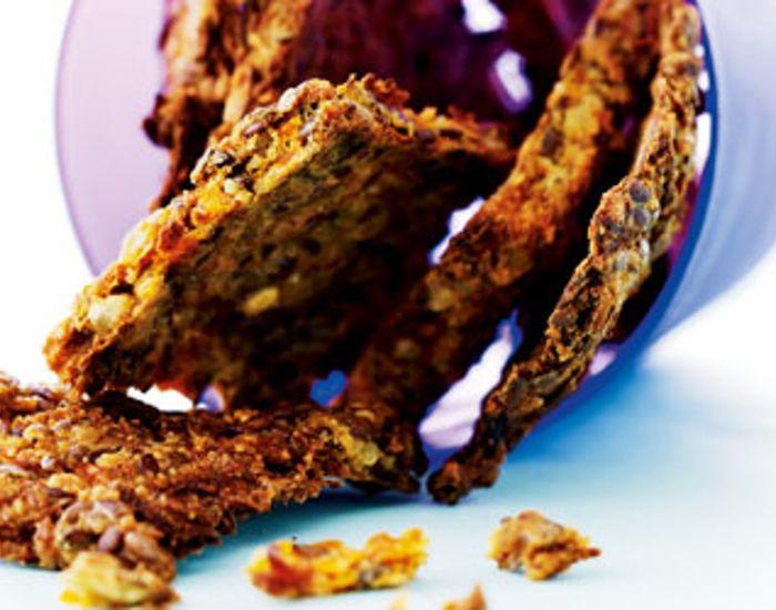 Vil du bage uden mel, så prøv disse supernemme kernefyldte og lækre gulerodskiks. Og som en ekstra bonus er der kun ganske få kulhydrater i dem.