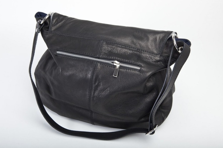 Smart - Elegante nel classico colore nero, può essere accostata a qualsiasi tipo di abbigliamento. E' dotata di tasca interna, chiusura cerniera lampo, manici e tracolla con moschettoni. #borse #pelle #artigianali