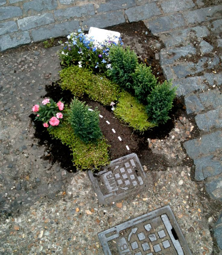 Steve Wheen brings greenery and miniature scenes to the streets of east London in his 'the pot hole gardener' project. http://restreet.altervista.org/steve-wheen-ripara-le-buche-stradali-con-mini-giardini/