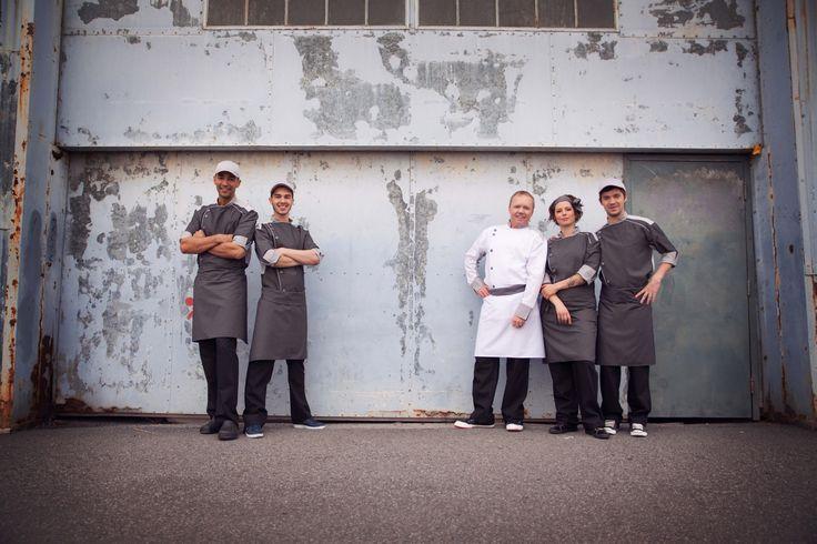 Uniformes restaurant -Brigade de chef portant fièrement les veste No Limits design uniformes