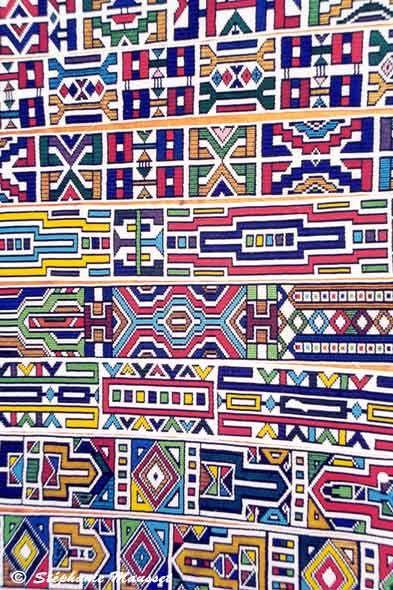 Photo de motifs Ndebeles faits de perle sur un marche de Prétoria, Afrique du sud.