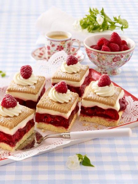 Butterkekskuchen mit Pudding und Himbeeren.