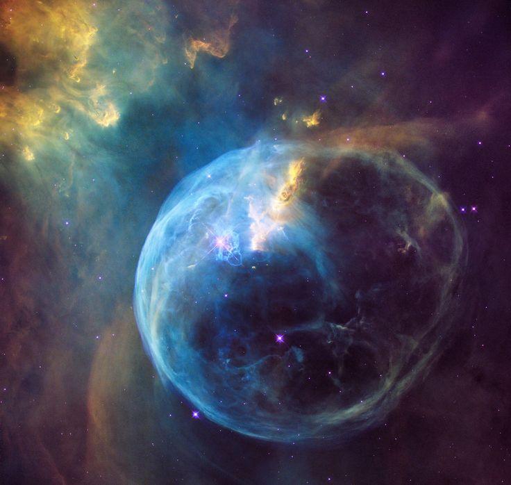 À l'occasion de son 26e anniversaire en orbite, le télescope spatial Hubble nous offre une vision spectaculaire d'une petite région de notre galaxie.  La nébuleuse de la Bulle (NGC 7635) se situe à plus de 8 000 années-lumière de nous da