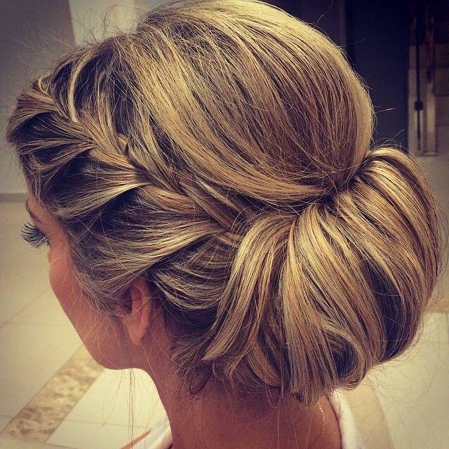 Coque moderno e super elegante, uma ótima opção para madrinhas de casamento! #hairstyle #penteado #dicasdadress #dressandgo | www.dressandgo.com.br