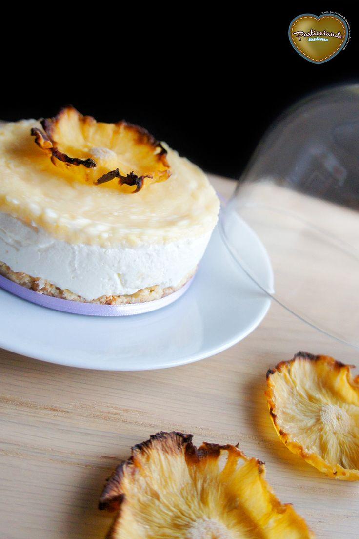 Cheesecake ananas e cocco con fiori di ananas