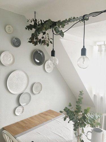 Die schönsten Wohn- und Dekoideen aus dem November   SoLebIch.de - Foto von Mitglied albru #solebich #interior #einrichtung #inneneinrichtung #deko #decor #plates #teller #wanddeko #walldecor #table #hängeleuchte #lamp #glühbirne #lightbulb