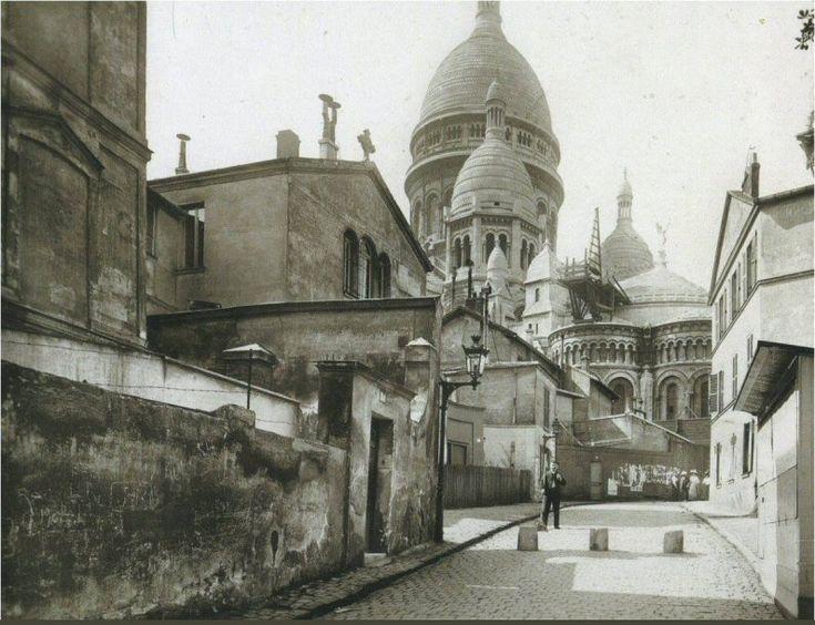 Le Sacré-Coeur de Montmartre vu de la rue du Chevalier-de-La-Barre, vers 1910  (Paris 18ème)  (photo anonyme)