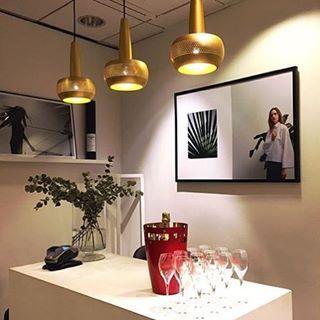 Snyggt upplyst med våra Clava från VITA COPENHAGEN @worldofstylein i Sturegallerian - köp samtlig VITA belysning i vår webbshop  @baradesign.se #vitacopenhagen #baradesign #belysning #heminredning #inredning #design #danskdesign #inredningsinspiration #butiksinredning