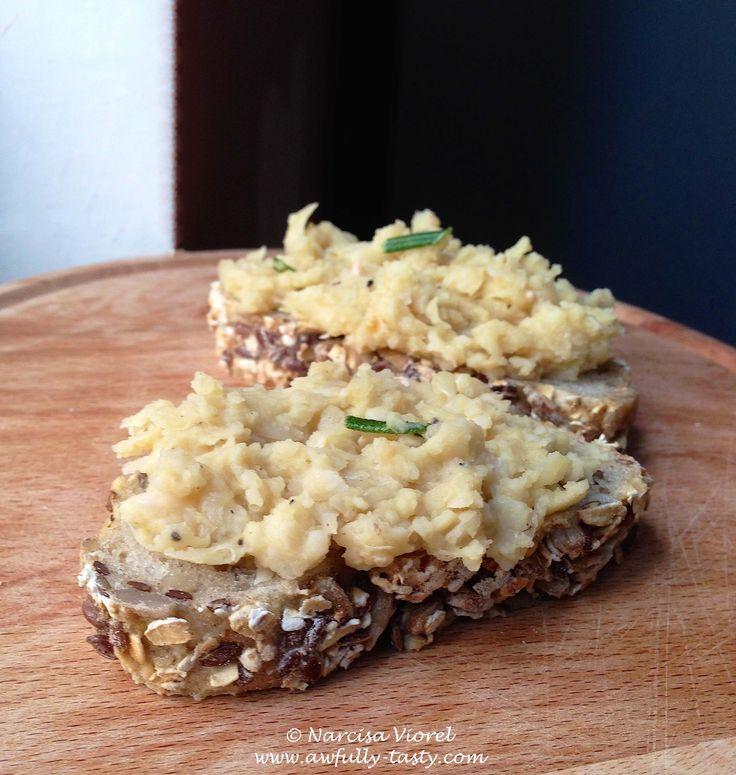 Crostini cu fasole si usturoi. O reteta de post, marca Jamie Oliver.  Crostini with squashed cannellini beans, rosemary and garlic. Vegan recipe by Jamie Oliver.