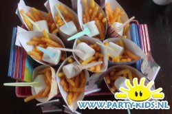 Frietje van nibbits chips - Traktatie chips en snack, Traktaties - En nog veel meer traktaties, spelletjes, uitnodigingen en versieringen voor je verjaardag of kinderfeest op Party-Kids.nl