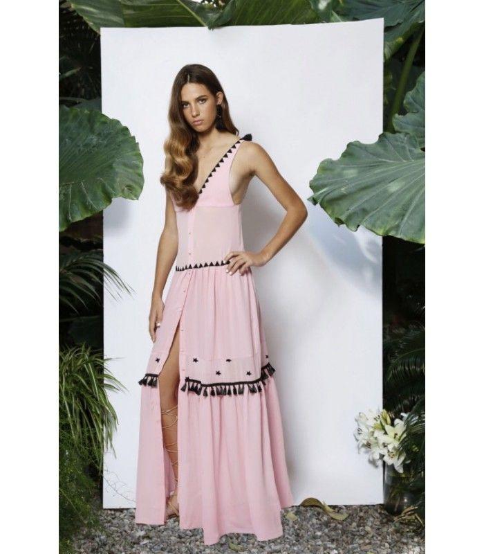Vestido largo rosa con detalles en negro. Pon tu pasaporte en regla, y solo te quedará disfrutar de tus días de verano.