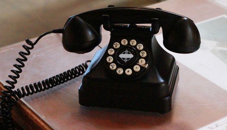 EL HOMBRE DEL TELÉFONO Sonó el teléfono. El pastor Hall se levantó de la cama a los tropezones, para responder. —Hola —dijo, preguntándose quién lo llamaría tan temprano en la mañana. Era un número equivocado.  El pastor podría haber vuelto a acostarse pero, en lugar de ello, siguió hablando con el hombre del teléfono acerca de la necesidad de tener una relación personal con Dios. Eso era justo lo... (Ver más)