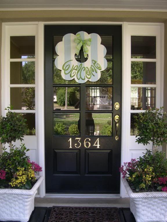 I like the house numbers on the front door.: Wreaths Trends, Burlap Wreaths, Doors Wreaths, Black Doors, Welcome Wreaths, Black Front Doors, Outdoor Spaces, Outdoor Design, Houses Numbers