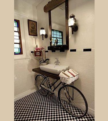 Baño con bicicleta antigua
