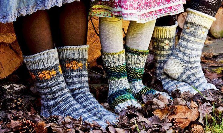 Gå efteråret i møde med dejlige hjemmestrikkede sokker - vælg mellem mønster eller med rib.