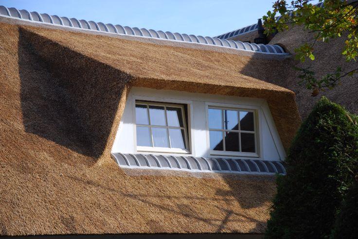 Dakkapel op villa met rieten dak. Strakke lijnen!