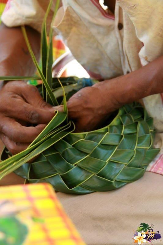 Martinique Leçon de tressage de palmes de cocotier sur une plage du Cap Macré © AliZéMédia