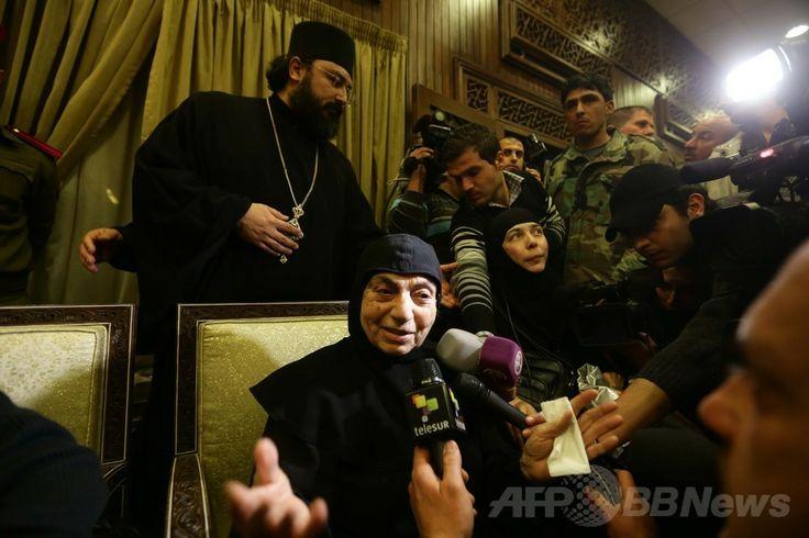 シリアの反体制派閥から解放され、レバノン国境に近い政府軍が掌握しているジェイデヤブース(Jdeidet Yabus)の町に到着した修道女たち(2014年3月10日撮影)。(c)AFP/LOUAI BESHARA ▼11Mar2014AFP|ヌスラ戦線が修道女ら16人解放、女性受刑者150人と交換 http://www.afpbb.com/articles/-/3010119