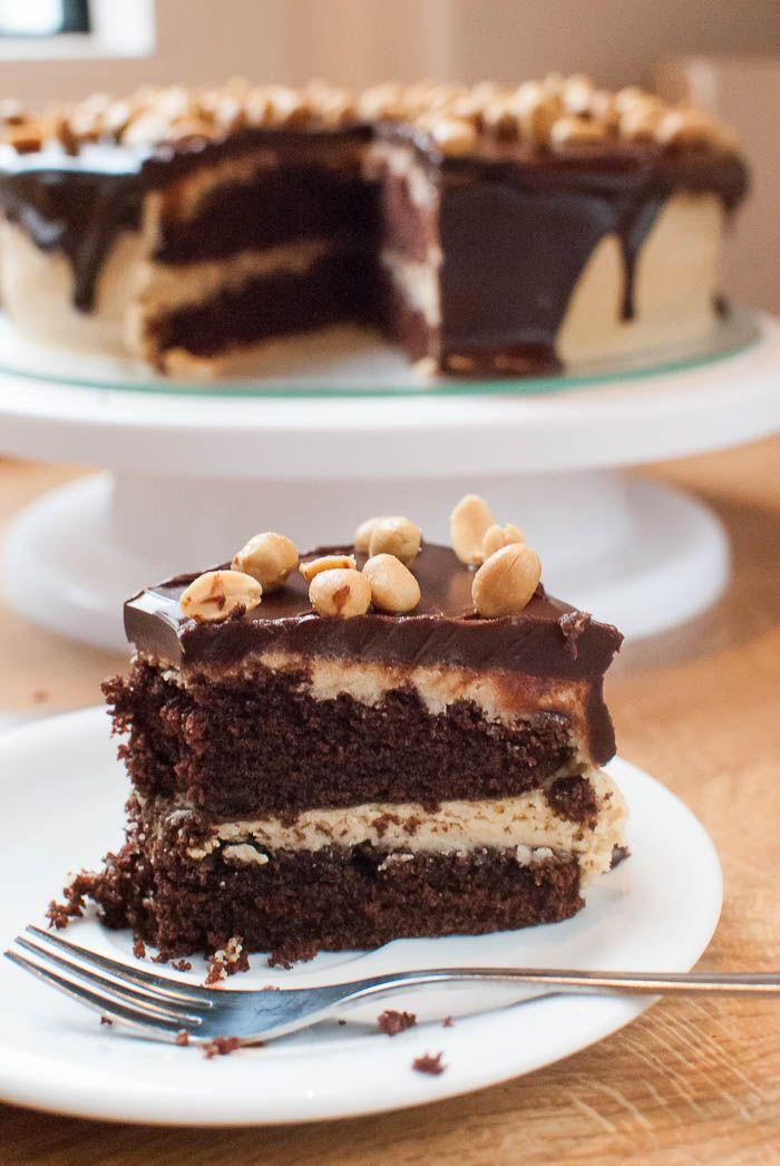 """Rezept für meine """"Geburtstags-Bombe"""".  Schoko-Torte mit Erdnussbutter-Frosting, Schokoladen-Ganache-Überzug und gesalzenen Erdnüssen als Dekoration."""