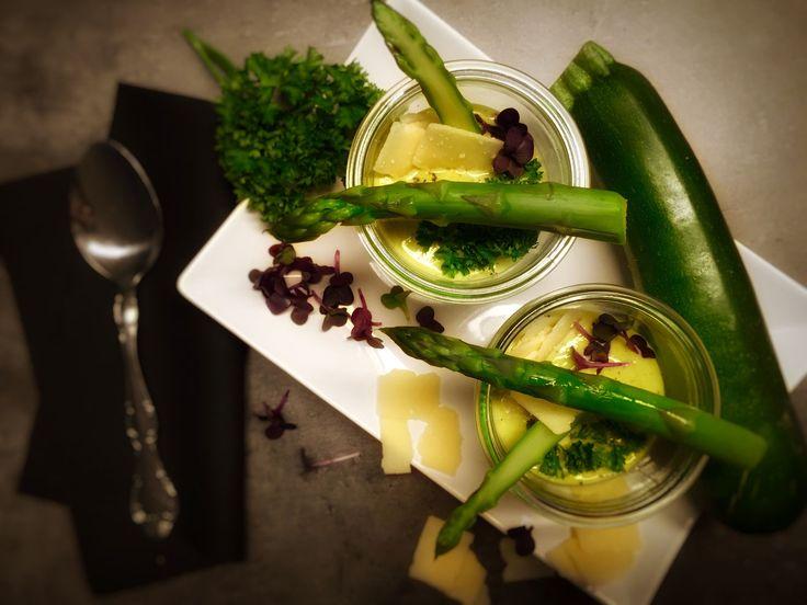 grüne Spargel-Zucchini-Suppe mit Parmesan und Kresse