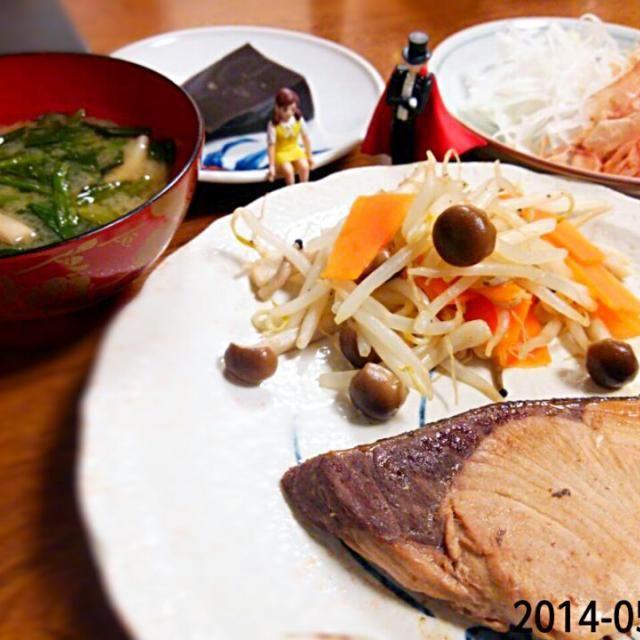 野菜もりもり♪ - 4件のもぐもぐ - *ぶりの塩焼き  *新玉ねぎサラダ  *黒胡麻豆腐  *お味噌汁 by umitan3