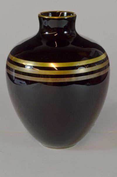 Vase designed by Nora Gulbrandsen for Porsgrund Porselen, Norway. H: 24cm signed N.G:  From Auksjonshallen