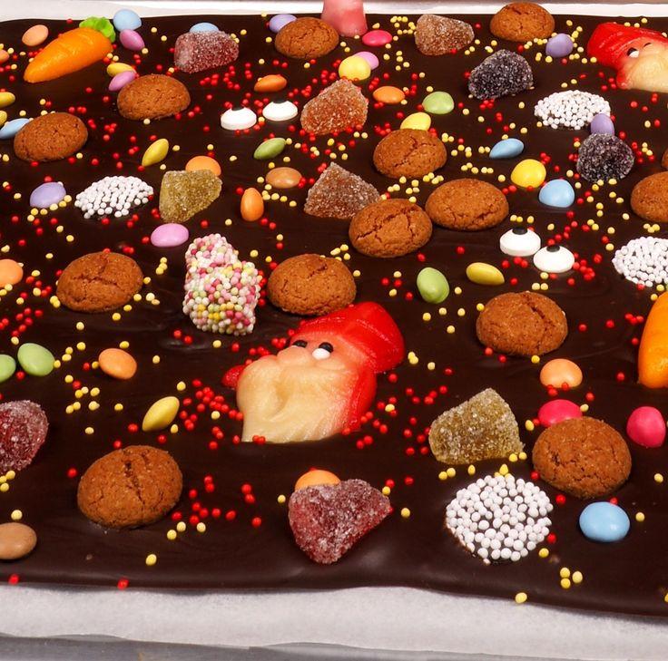 Deze Sint Candybark is een enorme chocolade reep met kruidnoten, snoepjes en marsepeinen figuurtjes. Perfect voor Sinterklaas avond om met het hele gezin op te smikkelen. In dit recept van Deleukstetaartenshop leggen we je precies uit hoe je deze Sint Candybark maakt! Recept: Sint Candybark  | Deleukstetaartenshop.nl