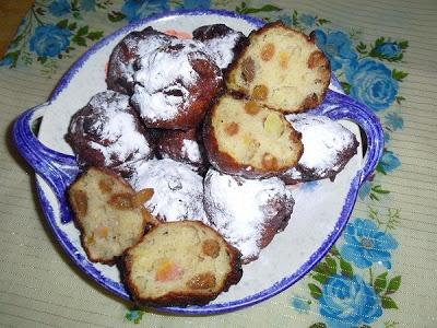 Oliebollen met rozijnen en appel met vanille en kaneel, op basis van karnemelk. Héérlijk fruitig en fris! Het recept staat op mijn blog: http://heerlijke-recepten.blogspot.nl/