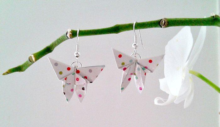 Boucles d'oreilles papillons en Origami. Original pour offrir. :D Le conseil : commencez avec des grands carré pour apprendre à maîtriser le pliage, puis réduisez-le :)