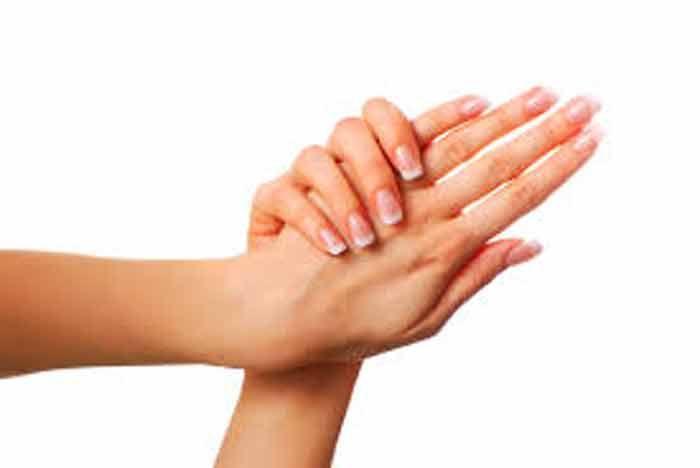 <p>As mãos devem apresentar um bom aspecto, pois são sem margem de dúvida o nosso primeiro cartão de visita. É óbvio que durante a época fria, as mãos são naturalmente expostas à agressividade do tempo e consequentemente devem ser tratadas com algum carinho. Pode fazer uma loção caseira para melhorar …</p>