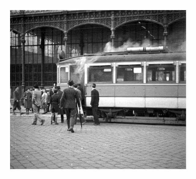 1941. Füstölő villamos a Nyugati pályaudvar előtt.