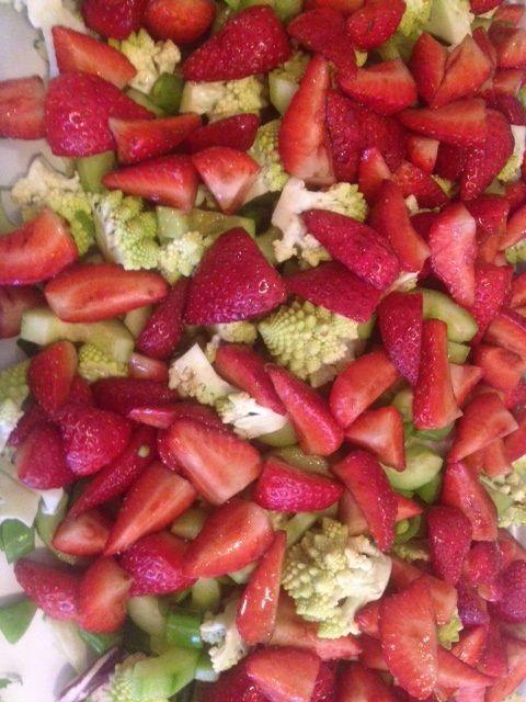 Salat med marinede jordbær